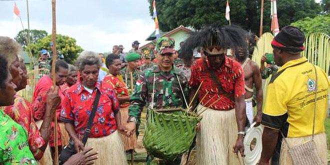 Masyarakat Suku Yeinan Kampung Erambu dan Toray Rayakan Natal 2016 Bersama Satgas Pamtas RI-PNG Yonif 407/Padmakusuma