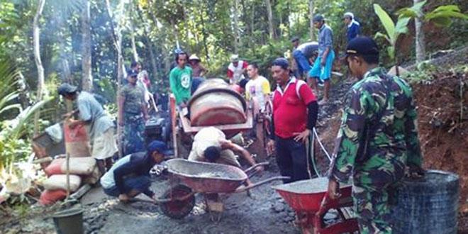 Anggota Koramil Bantu Pengecoran Jalan Desa