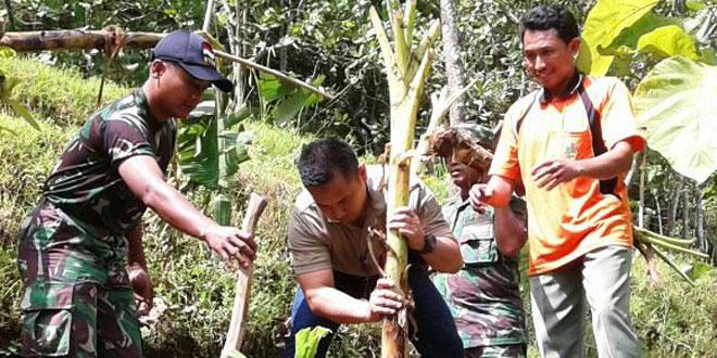 Anggota TNI Kodim 0728/Wonogiri Tanam Pohon Buah Bersama Masyarakat
