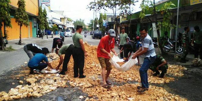 TNI Koramil Cepu Turun Dijalan, Nambal Jalan Berlubang
