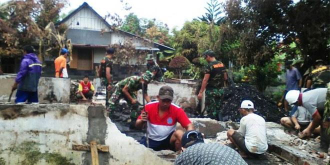 Koramil dan Warga Bersihkan Puing Rumah yang Terbakar