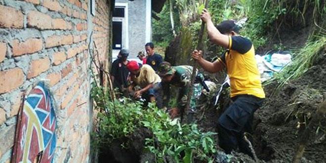 Pasca Longsor Babinsa Bantu Bersihkan Rumah Warga