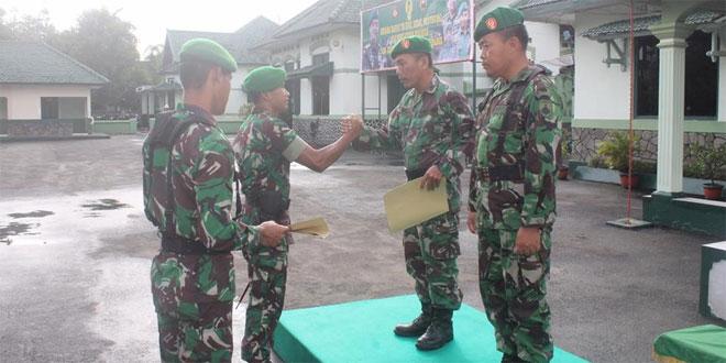 Dandim 0703/Cilacap Berikan Penghargaan Bagi Anggota yang Purna Tugas