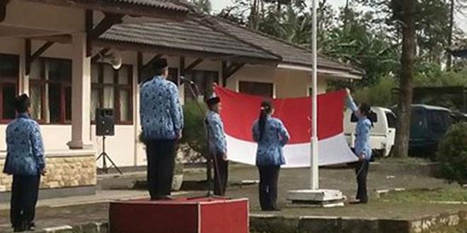 Babinsa Koramil 03/Parakan Melaksanakan Upacara Bendera di Kecamatan Kledung