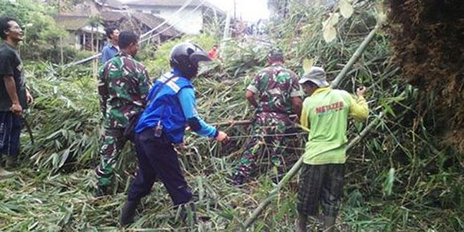 Babinsa Koramil 03/Parakan dan Masyarakat Lakukan Pembersihan Jalan Terkena Longsor