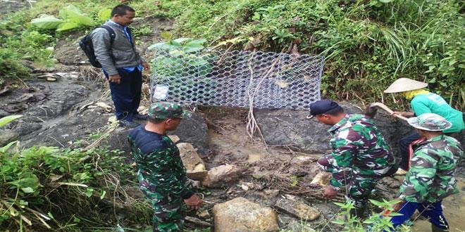 TNI Gotong Royong Bangun Saluran Irigasi yang Jebol