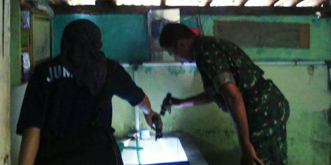 Babinsa Kormil 17/Gamping Bersama Dinas Kesehatan Pantau Jentik Nyamuk