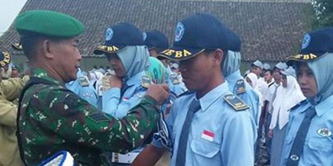 Babinsa Koramil 03/Parakan Menyematkan Tanda Penegak Disiplin Siswa SMKN Bansari