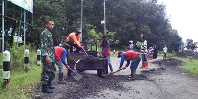 Babinsa Koramil 16/Wanareja Mengecek Lokasi Bencal Jalan Amblas