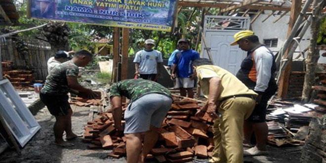 Dandim 0713/Brebes Bersama Masyarakat Desa Wangandalem Kec/Kab. Brebes Melaksanakan Gotong Royong Bedah Rumah RTLH
