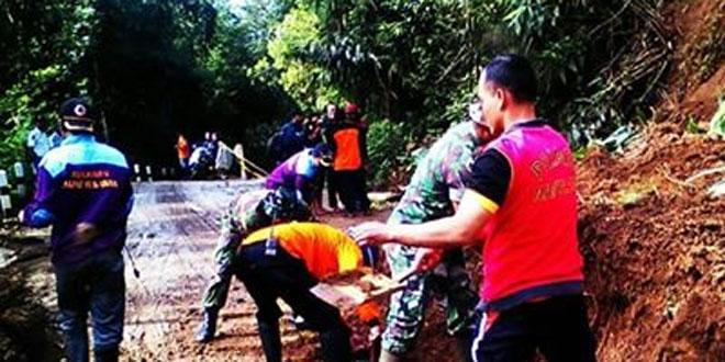 Anggota Koramil 12/Sawangan Bantu Atasi Tanah Longsor Diketep