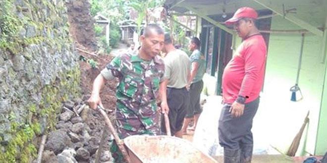 Tanah Longsor Menimpa Rumah Warga Desa Karangnanas