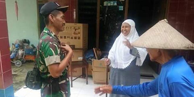 Babinsa Sribit Gotong Royong Bongkar Rumah Warga