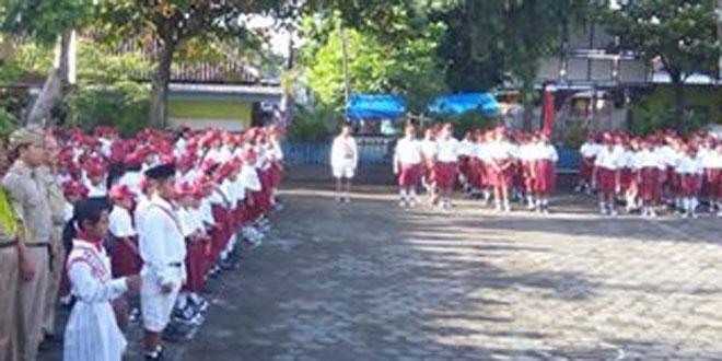 Babinsa Jebres sebagai Pembina Upacara Pengibaran Bendera Merah Putih