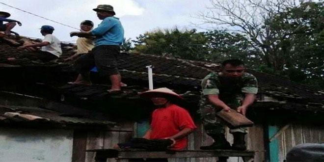 Babinsa Korami 03/Banjarejo Bantu Perbaiki Rumah Warga