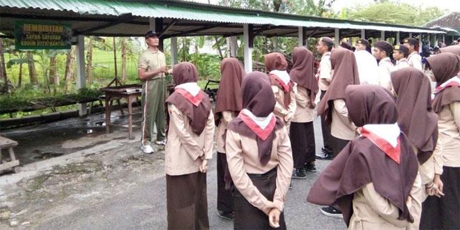 BATI BHAKTI TNI BERIKAN PENGETAHUAN PEMBIBITAN TANAMAN KEPADA PRAMUKA SAKAWIRA KARTIKA