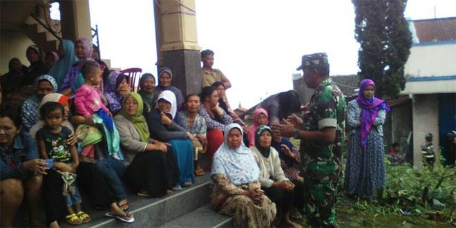Babinsa Koramil 03/Parakan Menjalin Komunikasi Sosial Dengan Ibu Ibu Desa Paponan