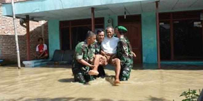 TNI, Polri, Satpol PP dan BNPB Brebes Evakuasi Korban Banjir
