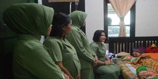 Kegiatan Jenguk Anggota Persit yang Sakit Persit KCK Cabang LVI Brigif-4/DR Ranting 1 Denma