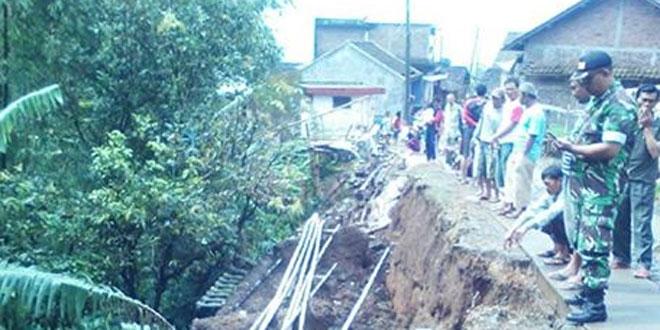 Babinsa Koramil 03/Parakan Mendata Bencana Tanah Longsor yang Terjadi di Sejumlah Wilayah Kecamatan Parakan