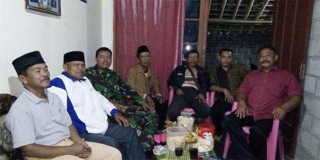 Babinsa Pandowoharjo Sertu Widodo Melaksanakan Komsos dengan Linmas Desa