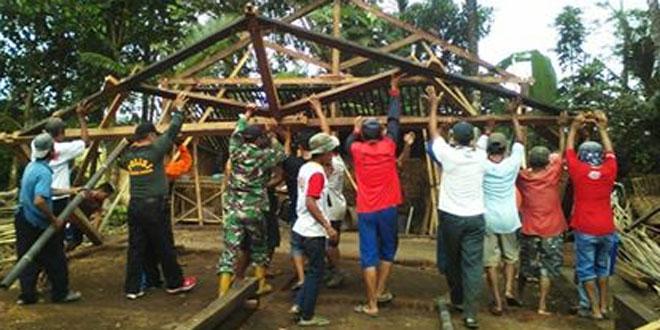 Babinsa Koramil 08/Adipala Bersama Warga Pembangunan Rumah yang Terkena Bencana Angin Puting Beliung