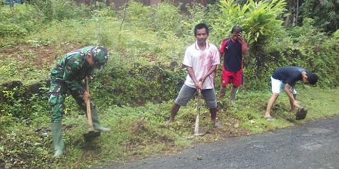 Kerja Bakti Anggota Koramil 11/Dlingo Bersama Warga Desa Munthuk Dlingo