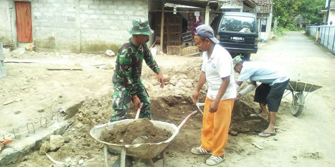 Babinsa Sumberejo Gotong Royong Bersama Warga Perbaiki Masjid Nurul Huda