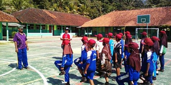 Babinsa Bentuk Sikap Disiplin Pelajar SD Dalam PBB