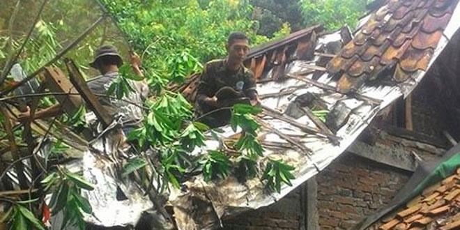 Babinsa Koramil 04/Karanganyar Gerakan Warga Perbaiki Rumah