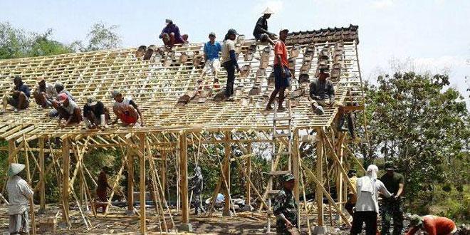 Karya Bhakti Perbaiki Rumah Warga Tertimpa Musibah