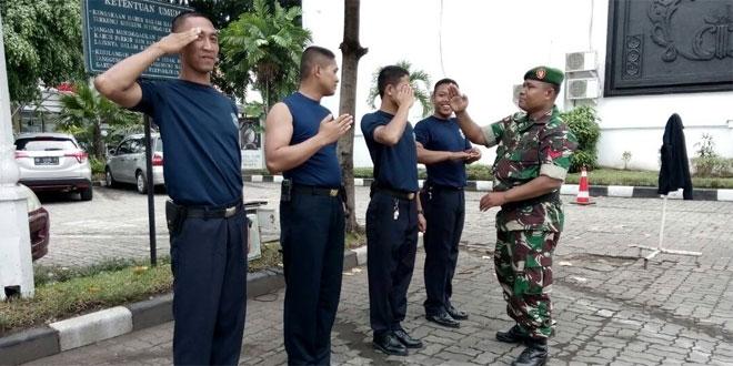 Babinsa Melatih Peraturan Baris-Berbaris Dihalaman Hotel Inna Garuda