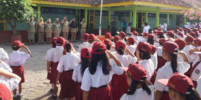 Pembinaan Teritorial Koramil 04/Bringin Dengan Melibatkan Babinsa Sebagai Inspektur Upacara Bendera Di Sekolah Sekolah.