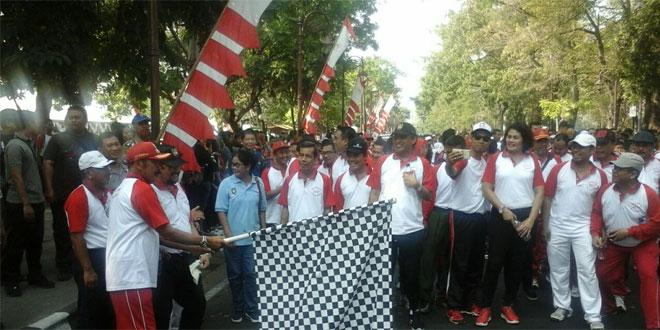 """Babinsa kel. Sriwedari Serda Widodo memantau giat """"Apel Bersama"""" dalam rangka menyambut Hari Olahraga Nasional HORNAS) ke – 34 tahun 2017 di Stadion R. Maladi Sriwedari"""