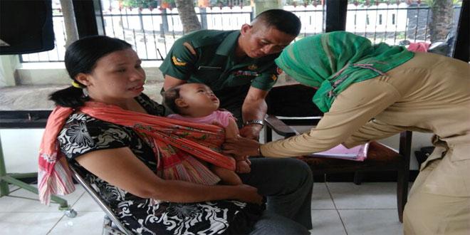 Babinsa Kota Baru Dan Time Terpadu Melaksanakan Kegiatan Imunisasi MR Measles Rubella Orang