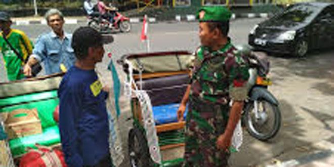ANGGOTA KORAMIL 12/GONDOMANAN SAMBANGI PARA TUKANG BECAK MOTOR DI JL. P. SENOPATI YOGYAKARTA