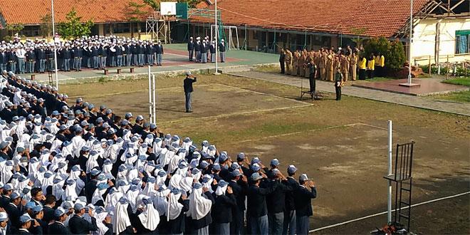 Kasdim 0710 Pekalongan Pimpin Upacara Bendera di SMA N 2 Kota Pekalongan