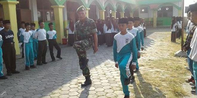 Tanamkan Jiwa Disipilin, Babinsa Koramil 14/Karanganom latih PBB Siswa MTs Pancasila Sakti