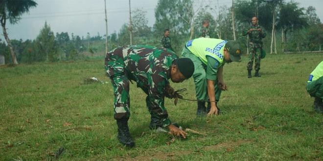 TNI DAN LINMAS BERSIHKAN LAPANGAN PEGEREJO