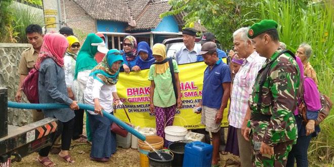 Babinsa Bantu Distribusi Air Bersih di Wilayah yang Kekeringan