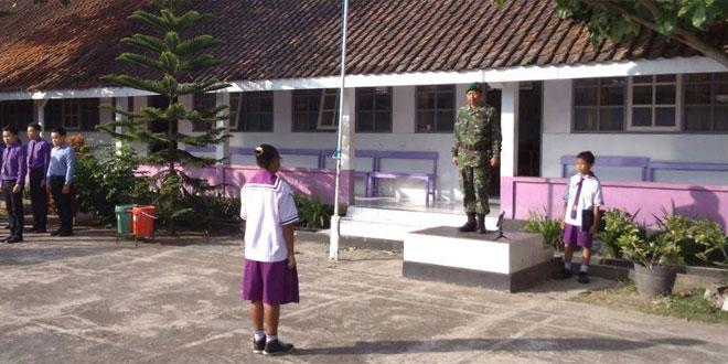 Serma Dudung Sutaryadi Menjadi Irup Dalam Upacara Bendera di SMP Kristen Krista Citra Parakan