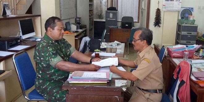 Komsos bersama Pegawai Kelurahan Kauman oleh Babinsa Koramil 05 Pasar Kliwon Kodim 0735 Surakarta