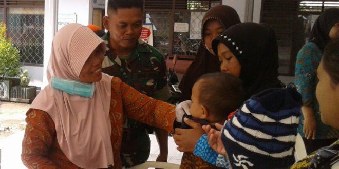 Sukseskan Program Kemenkes, Babinsa Kluprit Dampingi Imunisasi Campak dan Rubella