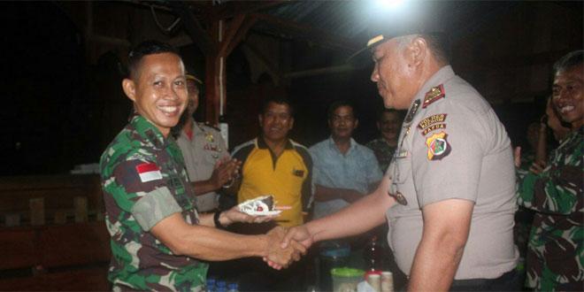 HUT TNI, SATGAS MENDAPATKAN KEJUTAN HADIAH KUE ULANG TAHUN DARI POLRI