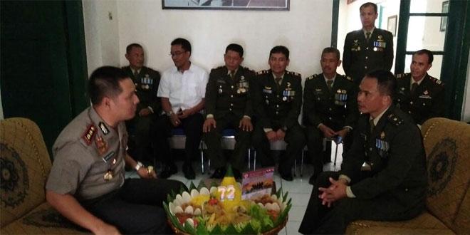 Sinergitas TNI – POLRI, Kapolres Cilacap Berikan Kejutan HUT TNI Ke – 72 Kepada Kodim 0703/Cilacap