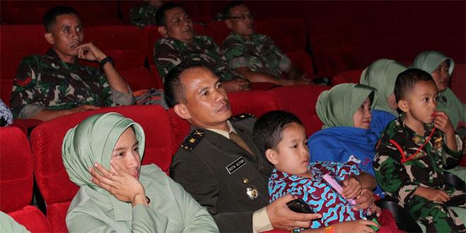 Peringhati HUT TNI, Keluarga Besar Kodim 0703/Cilacap Nobar Film Merah Putih Memanggil