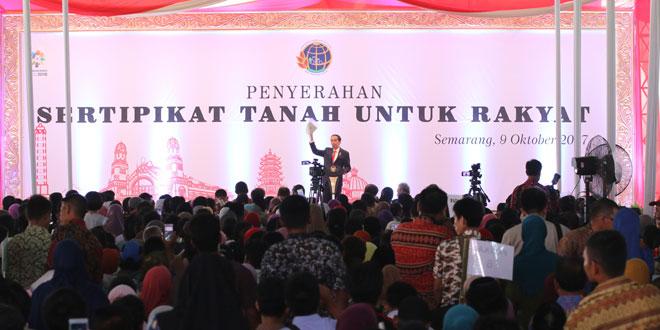 Presiden Jokowi Serahkan Kartu Pintar dan Sertifikat Tanah Masyarakat Semarang