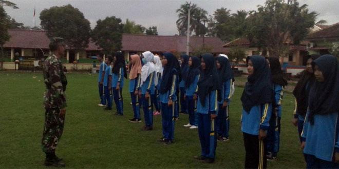 Babinsa Koramil 14/Cimanggu Berikan Materi Bela Negara Kepada Pelajar SMK Muhamadiyah