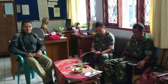 Anggota Koramil 03/Parakan Melaksanakan Komsos di Kecamatan Kledung