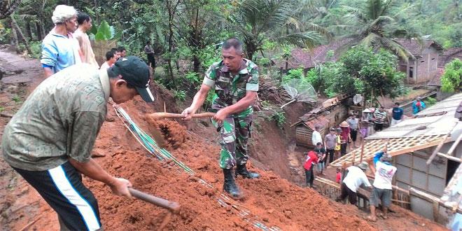 Hujan Deras Terus Menerus, Akibatkan Satu Rumah di Cimanggu Tertimpa Longsor
